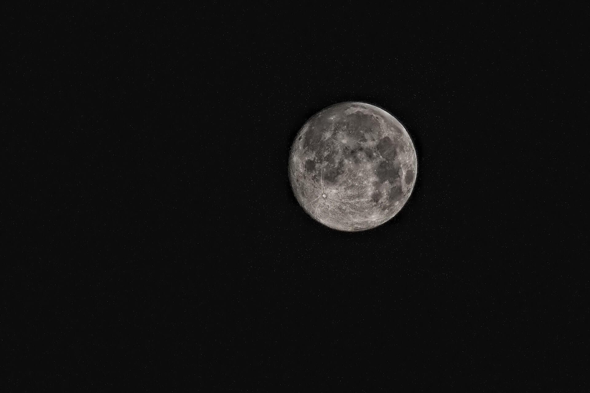 """圖片來源:<a href=""""https://www.pexels.com/photo/black-and-white-hd-wallpaper-luna-moon-52971/"""">PEXELS</a>"""
