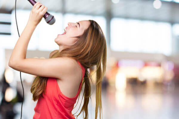 不是只有大吃可紓壓!與人說話、唱唱歌都很有效