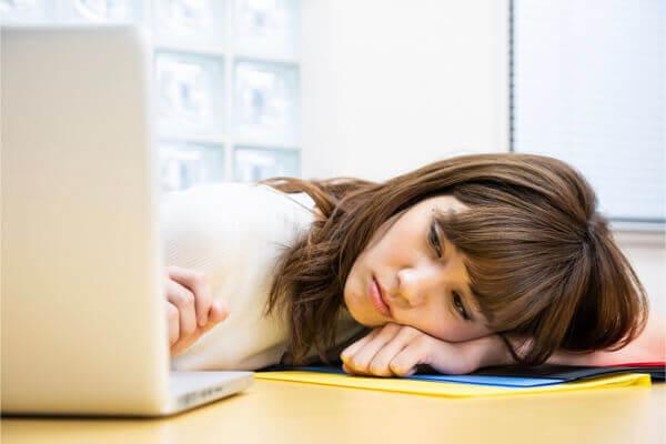 每天都捨不得睡覺?睡太少易引起這 3 種健康危機